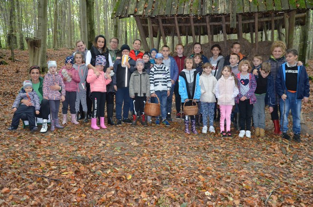 Przedszkolaki i klasy młodsze wybrały się na poszukiwanie darów jesieni – 07.10.2021r.
